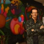 Alexandre Filiage e o painel pintado no Ibirapuera