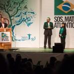Mario Mantovani, Marcia Hirota e Pedro Passos aguardam homenageados - Foto: Capim Filmes/SOS Mata Atlântica