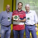 Homenageado Henrique Rocha da Flora Londrina (centro), com Roberto Klabin (esq.) e Pedro Passos (dir.).Foto: William Lucas-Inovafoto/SOS Mata Atlântica