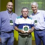 Homenageado José Zacarias (centro), com Roberto Klabin (esq.) e Pedro Passos (dir.).Foto: William Lucas-Inovafoto/SOS Mata Atlântica