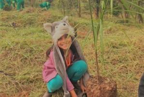 Raíssa, de 10 anos, planta uma árvore pela primeira vez