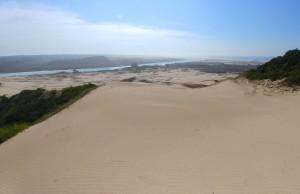 Campo de dunas com o rio Araranguá e o mar ao fundo.  Foto: Diego Igawa Martinez