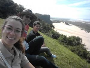 Samanta Cristiano, professor Jairo Cesar e Diego Igawa no mirante na rampa de voo livre do Morro dos Conventos.  Foto: Samanta Cristiano