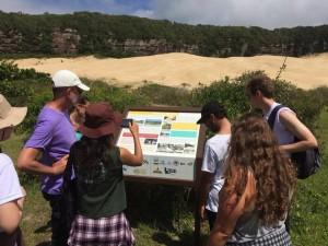 Estudantes de Pós-Graduação em Geociências da UFRGS em atividade de campo com o Roteiro Geoecológico. Fonte: Página do Roteiro Geoecológico no Facebook