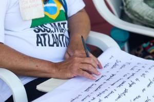 Voluntários escreverem o que querem para seus rios. Crédito: Ana Patrícia/Inovafoto/SOS Mata Atlântica
